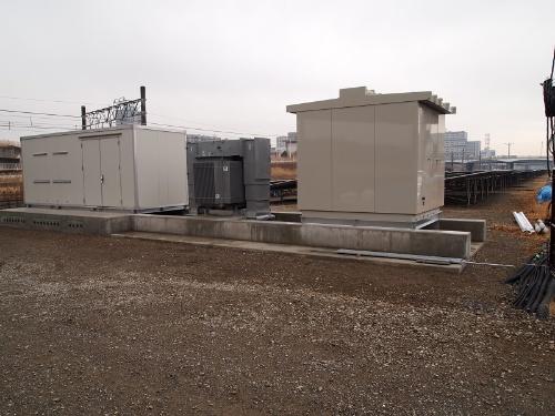 図4●6カ所のサブ変電設備で22kVに昇圧。太陽光パネルは東芝製、PCSは東芝三菱電機産業システム(TMEIC)製