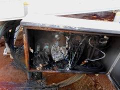 図1●炭のように真っ黒に焦げた接続箱
