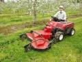 基礎近くや太陽光パネル下にも強い、果樹園向け乗用型草刈機に脚光
