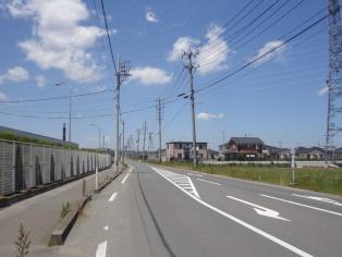図11●自営線(左)と東北電力の電柱(右)が向かい合う(出所:日経BP)
