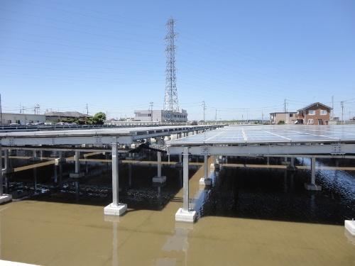 図9●太陽光は調整池の上に400kW分を設置した(出所:日経BP)