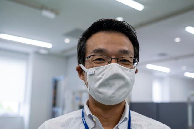 ピエクレックス代表取締役社長の玉倉大次氏。装着しているのが第一弾製品のピエクレックスマスク(写真:小口正貴)