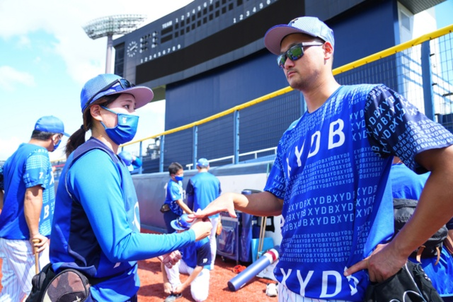 ケガ予防のために、三上朋也投手の指のエクササイズをしている(写真:横浜DeNAベイスターズ)