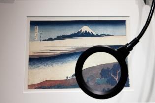 葛飾北斎『冨嶽三十六景』の「武州玉川」(展示用マスターレプリカ)。ループで拡大すると、空摺りという手法で波の輪郭が凹んだ線で表現されているかのように見える