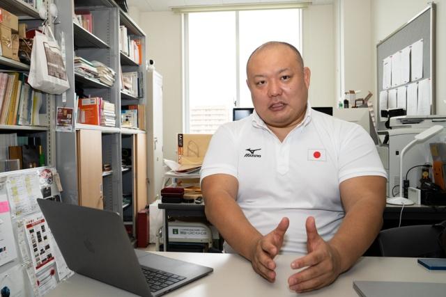 全日本柔道連盟強化委員会強化委員/科学研究部サポート統括として試合映像データの解析を担当した石井孝法氏。了徳寺大学教養部教授を務め、柔道は五段