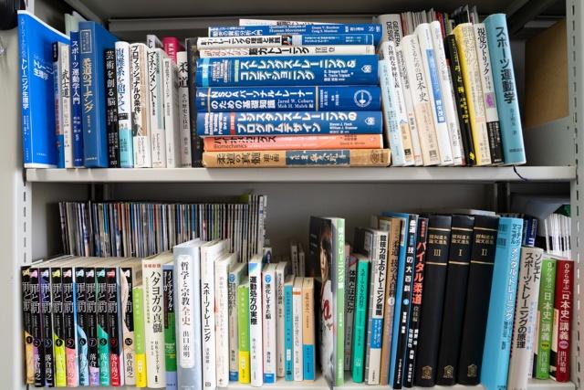 大学の研究室の本棚には、コーチングのほかに名著『失敗と本質』をはじめ歴史や哲学に関する本が並ぶ
