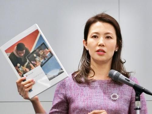 日本マイクロソフト 業務執行役員 パブリックセクター事業本部 文教営業統括本部長の中井陽子氏。手に持つのは米マイクロソフトの教育に対する取り組みをまとめた冊子