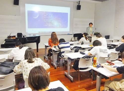 清水昭夫准教授の「対位法」による作曲の授業。各専攻の2年生から4年生の学生が受講している