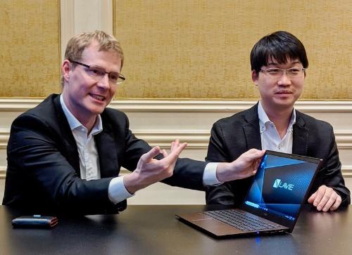 """今回投入する3機種については、「日本発のPCとして、""""とんがった製品""""を選んだ。いずれも外資系メーカーにはない製品」と語るNEC PCのデビット・ベネット社長(左)"""