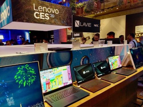 CES 2020会場での展示風景。ベネット社長曰く、もともと米市場で一番売れるだろうと見込んでいたのは薄型軽量のモバイルノート「LAVIE Pro Mobile」だが、クリエイター向けノートPCの「LAVIE VEGA」の評判も非常に高いという