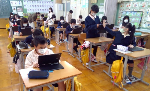 奈良県御所市立大正小学校では、すでに1人1台端末を活用した授業が始まっている。奈良県は、県内の自治体に対して共同調達を提言。ほとんどの自治体がChromebookを選択した