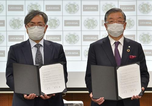 協定書に署名をした宮城教育大学の村松隆学長(左)と内田洋行の大久保昇社長