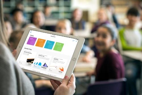 """iPadを教育の現場で活用するシーンが増える中、""""教える側""""の不安解消も喫緊の課題となっている"""