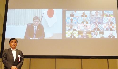 この日のサミットには、21自治体の首長が参加した。手前は、全国ICT教育首長協議会の横尾俊彦会長(佐賀県多久市長)