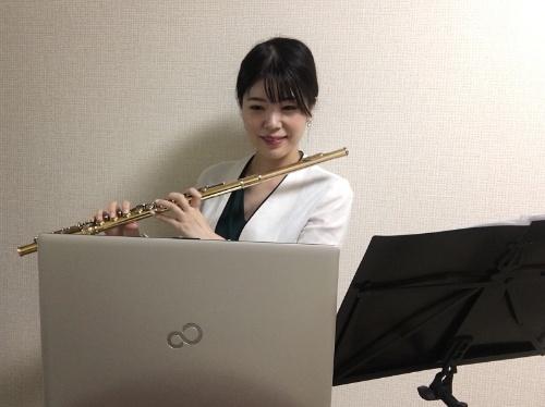 Liebe フルート音楽教室を主宰する上塚恵理さん。4月上旬からオンラインレッスンに取り組んでいる