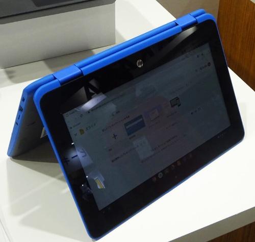 「HP Chromebook x360 11 G2 EE」は、きょう体の周囲に青色のポリマー樹脂を装着している