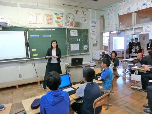 手前が6年生、奥が5年生のクラス。2つの授業を同時に進める。授業担当は関野恵愛教諭