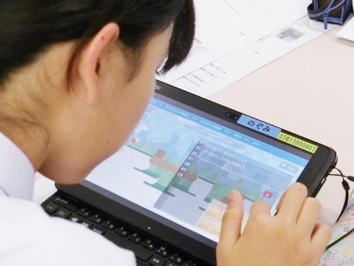 渋谷区は区立の小中学校の児童・生徒約8500人に1人1台のLTE通信機能付きタブレット端末を配布している。ここでは富士通の2in1パソコンを使っていた