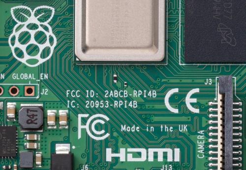 図2 Raspberry Pi 4 Model BのFCC IDと欧州の認証マークである「CE」