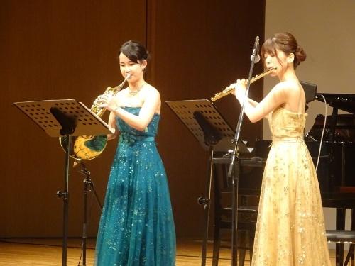 「ぷらっと交響楽団」のメンバー、ホルンの相原結さん(左)とフルートの上塚恵理さん