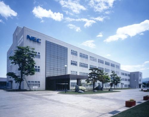 NEC のノートパソコン生産拠点として35 年の歴史を持つNEC PCの米沢事業場。2015年には「ThinkPad」のWeb販売向けモデルの生産も先行スタートしている