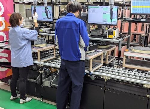 ThinkCentreの生産ライン。1ライン5~6人程度から成るコンパクトな体制で、組み立てからチェック、梱包までをカバーする。2つのラインで1日当たり300~400台を生産可能