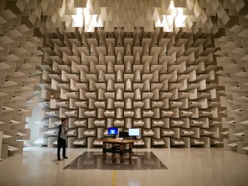 機器から出る電磁波が法律(電波法)を遵守できているかをチェックする「10m電波暗室」
