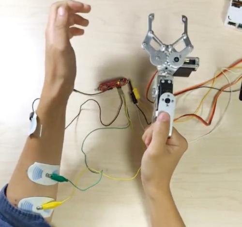 図1 手首の曲げ伸ばしと手を握る動作をロボットアームで再現する