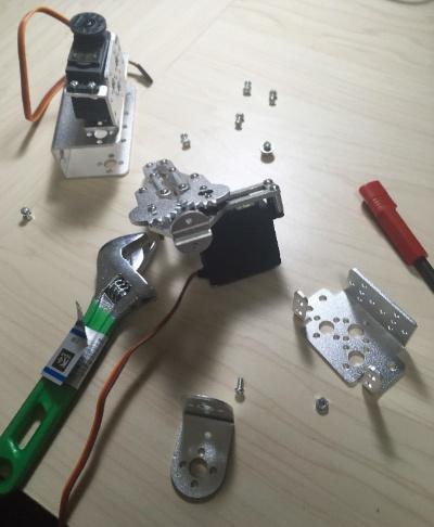 図5 ロボットアームは市販品を2軸式に組み直して製作