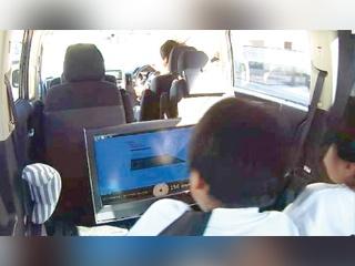 自動車の揺れを3Dで後席にも表示、ジェットコースター感覚で子供も大喜び