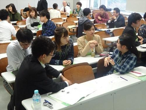 参加者はグループに分かれて、「VPC」(Value Proposition Canvas:価値提案キャンバス)という手法で、パソコン講座の価値や学生のニーズを分析。パソコン講座の可能性や改善方法などについて議論した