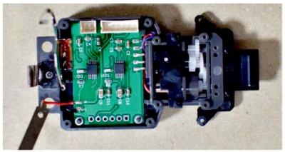 図2 車台に取り付けた自作のモータードライブ基板
