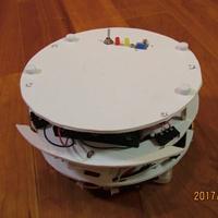 中学生が作った!机の上で使う直径18cmのお掃除ロボ