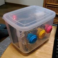 留守番中の子供が押しボタンで返事ができるスピーカー