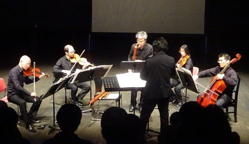 講演後にはAIで作曲した現代音楽の曲を演奏した。「これから何かできるかという実験。通常の音楽の概念、素材を越えて、演奏するのも困難な曲になった」(後藤氏)という