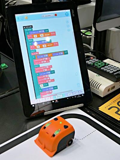 富士ソフトがテスト販売を始めた小型ロボット「Proro(プロロ)」。専用アプリでは、「Scratch」と同様にブロックを組み合わせて簡単にプログラムを作れる