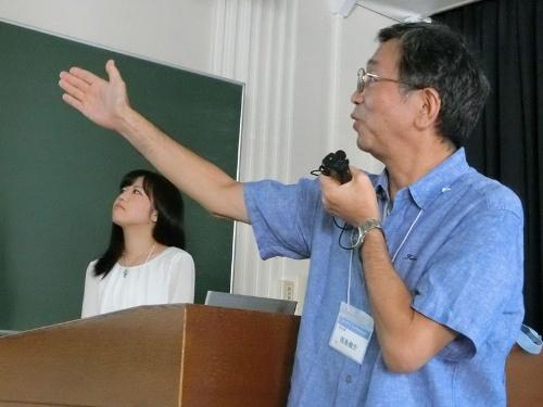 発表した帝京大学の福島健介氏(手前)と町田市立小山中央小学校の小林未歩氏(奥)