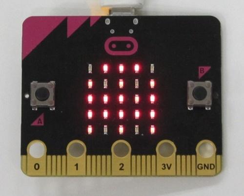 micro:bitはARMアーキテクチャーのSoCを中心に、5×5個のLED、光・加速度・方位などを計測できるセンサー、Bluetoothなどの通信機能を約5×4cmのボードに搭載する。価格が2000円程度と安いのも特徴だ