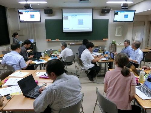 電気通信大学 教育研究技師部の笹倉理子氏とお茶の水女子大学 大学院人間文化創成科学研究科教授の浅本紀子氏は、ワークショップ「micro:bit ではじめるマイコンプログラミング」を開催