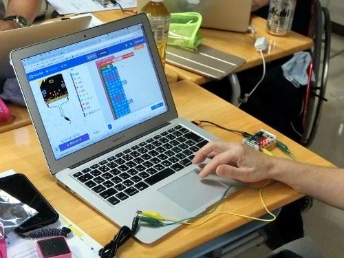 参加した教員らは、micro:bitでLEDにアイコンを表示させたり、スピーカーをつないで音を出したりといったプログラムを作成した。パソコンなどで作成したプログラムをUSB経由で送り込む
