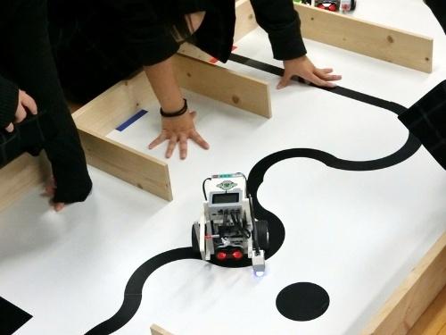 黒い線をセンサーで検知しながら正しいルートを走行するようにプログラミングする。テストと改良を繰り返しながら問題を解決していく