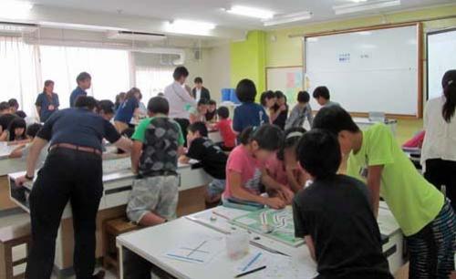 東京都江東区立砂町小学校での授業の様子。5年生の児童が、社会科の「産業や情報化を扱う単元」の授業2コマ分で体験した