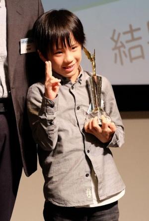 写真1●iOS用ゲームアプリ「オシマル」を開発した10歳の宮城采生さん。受賞者の中で最年少