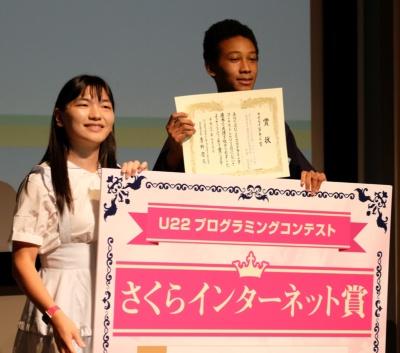 写真3●通信ライブラリ「FastSSE」を開発した吉岡真陸さん(右)は4個の賞を受賞