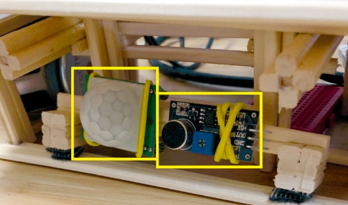 図2 右が音センサー、左が人感センサー
