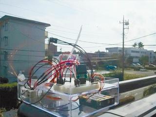 人工衛星の方向を指示棒で示す、アマチュア無線のアンテナを調整可能に