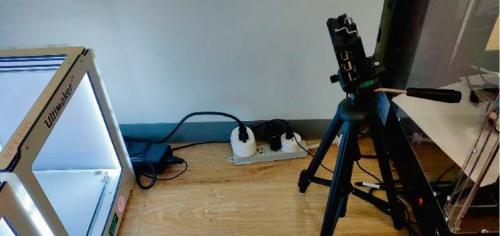 図1 3Dプリンターをカメラで監視している様子